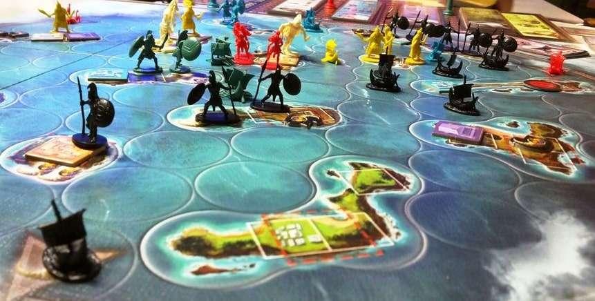 Игровое поле с расставленными элементами настольной игры Киклады